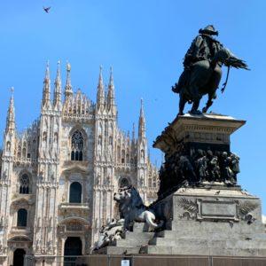 ミラノの大聖堂とヴィットーリオ・エマヌエーレ2世像