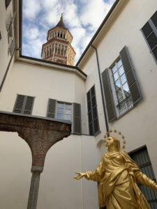 大聖堂の天辺にあるマリア像等身大コピー