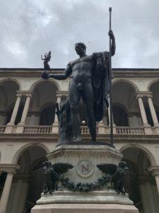 ブレラ絵画館入り口はナポレオン像の後ろの階段をのぼった2階