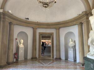 入り口の後ろにブックショップがありますが、美術館見学のあと、チケットを提示して入ることができます。(ブックショップ奥にトイレあり)